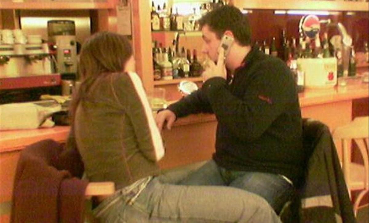 Francisco Gómez Manzanares en el País Vasco hace más de 10 años, más obeso, con una de sus posibles víctima en un bar.