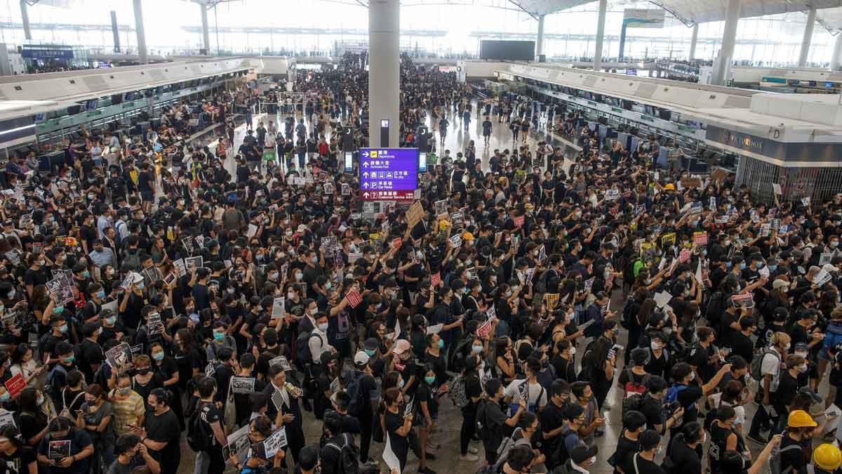 El aeropuerto de Hong Kong suspende los vuelos a causa de las protestas.