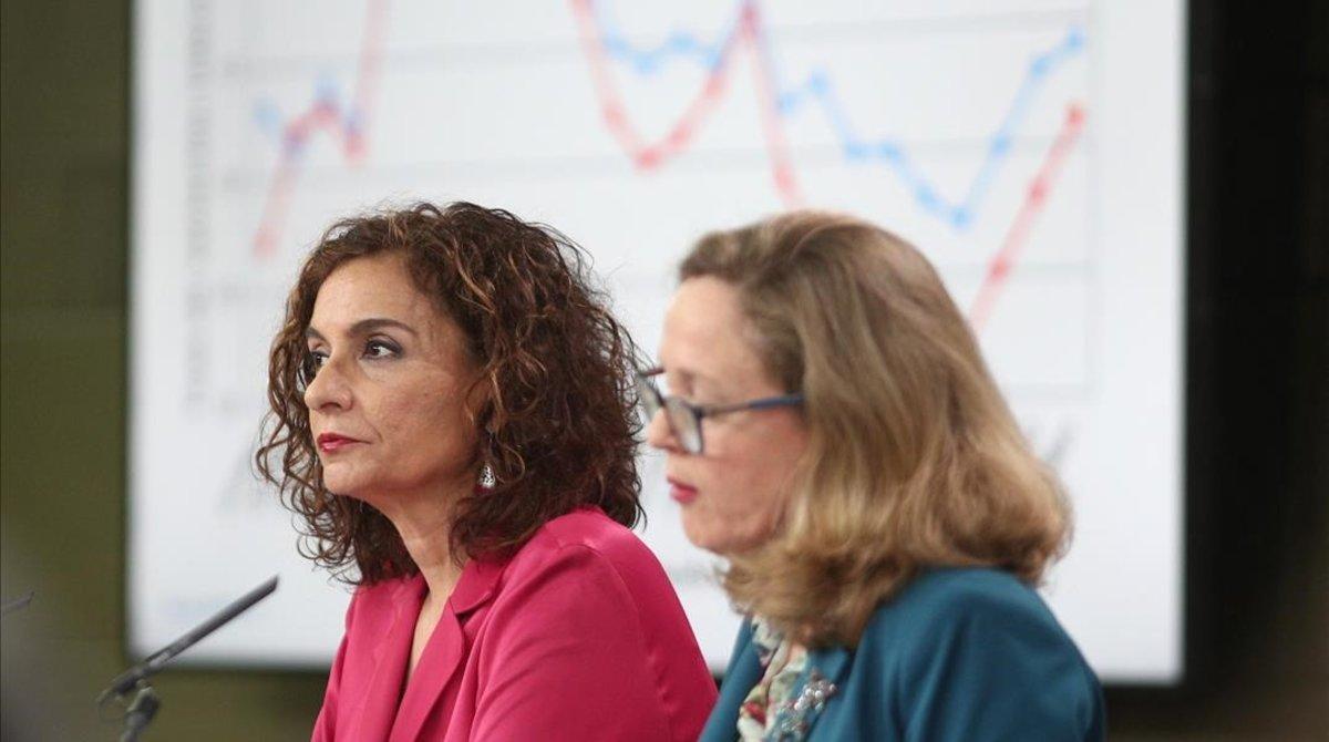 La ministra de Hacienda, María Jesús Montero, y la vicepresidenta económica, Nadia Calviño, en la rueda de prensa posterior al Consejo de Ministros.