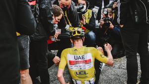 Pogacar es col·loca una alfombra groga en el Tour de França
