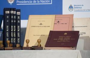 Algunos de los documentos secretos de la Junta Militar argentina, el lunes en Buenos Aires.