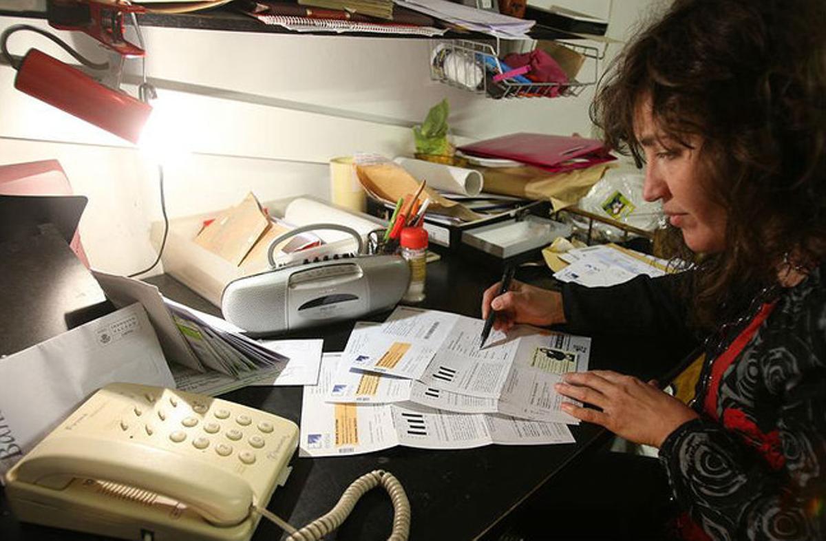 Una mujer consulta la factura de la luz.