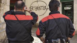 Dos agentes de la Ertzaintza toman nota de una amenaza en Lekeitio en 2009.