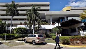 Un hombre protegido con mascarilla camina frente a un hotel el 11 de febrero de 2021, en La Habana (Cuba).