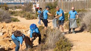 Voluntarios trabajan en el programa de reciclaje de residuos de CaixaBank