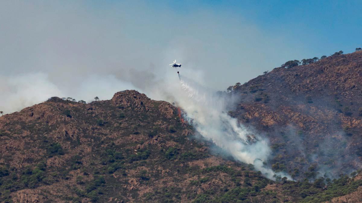 Un nuevo incendio en Sierra Bermeja obliga a desalojar más pueblos.