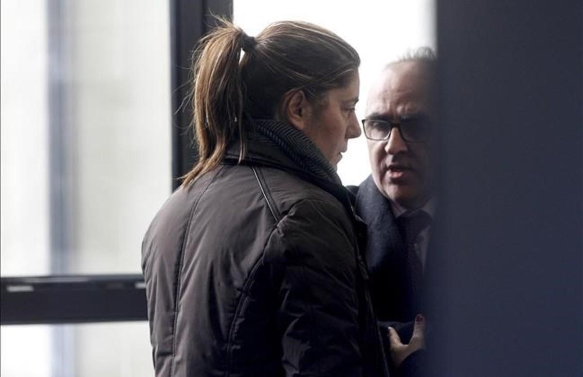 Marga Garau, madre de Nadia, junto a su abogado en los juzgados de la Seu d'Urgell.