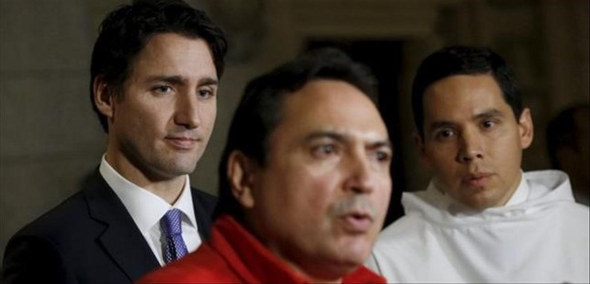 Trudeau (izquierda) y un líder inuit escuchan al jefe de la Asamblea de las Primeras Naciones, en el Parlamento de Ottawa, el 16 de diciembre.