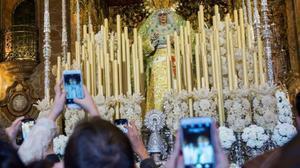 Miles de personas visitan en la Semana Santa de Sevilla la basilica de la Macarena, en el 2018.