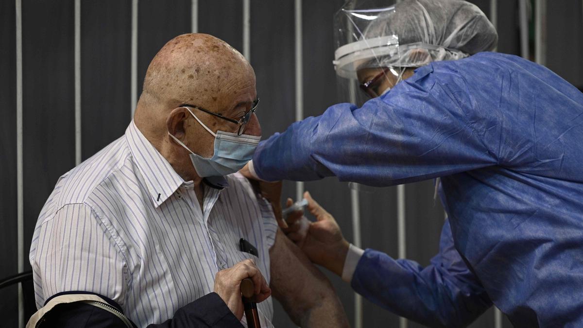 Una sanitaria vacuna a un hombre con una dosis de Sputnik V en Buenos Aires, este martes.