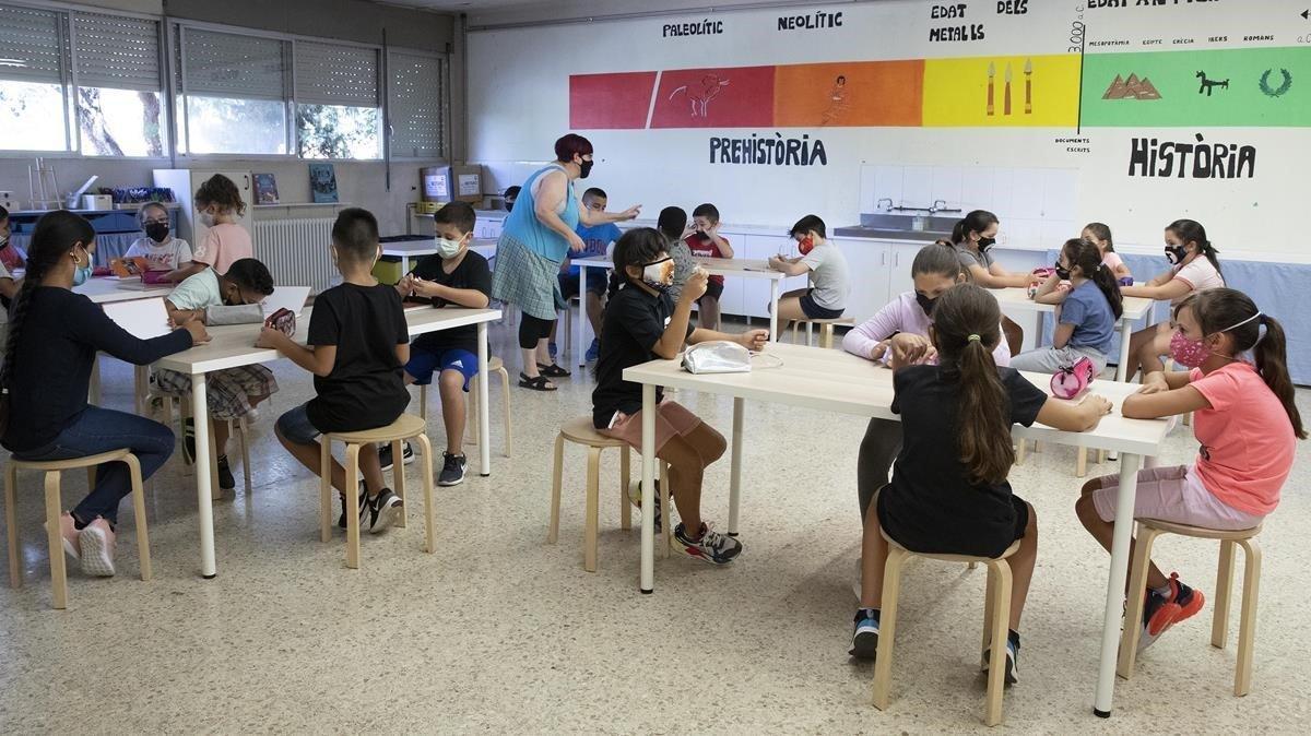 El curs de la Covid compleix un mes amb 30.000 alumnes a casa