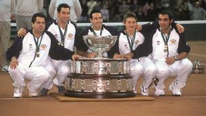La foto de familia con la Copa Davis del 2000.