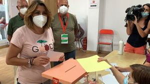 La secretaria general del PSOE-A y candidata a las primarias, Susana Díaz, vota en su agrupación de Triana-Los Remedios de Sevilla, este 13 de junio.