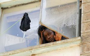 Una estudiant mira a través d'una finestra a la residència de dones del campus de Kikuiu, a Nairobi.
