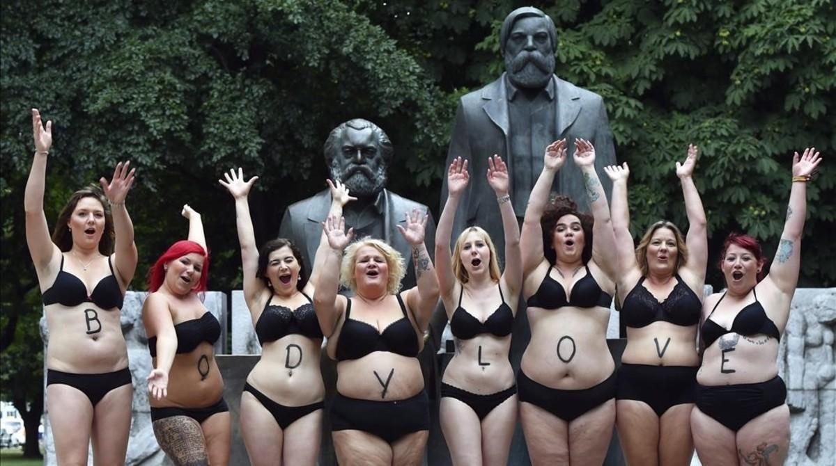 Modelos de tallas grandes para los estándares del mundo de la moda se manifiestan a favor de una imagen real de la mujer.