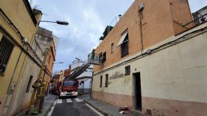 Intervención de los Bombers en un piso de Mataró tras el colapso de parte del techo.