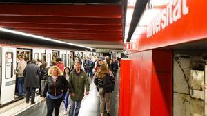 Usuarios del metro en la estación Universitat de la Línea 1.