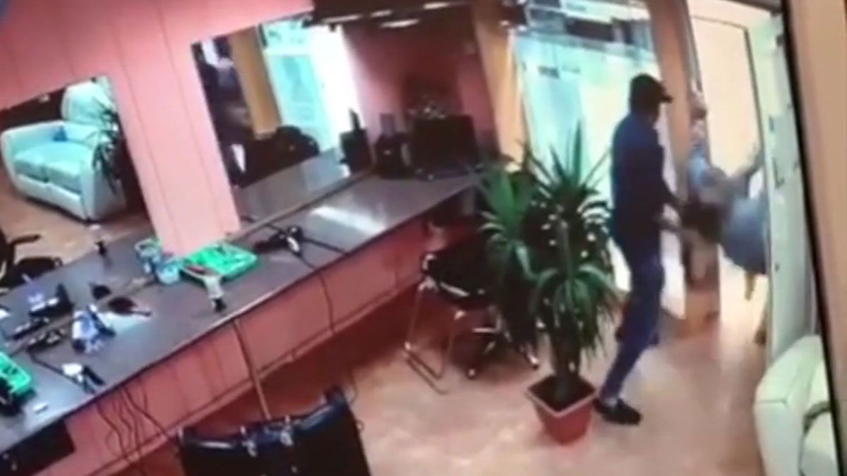 Vídeo del apuñalamiento en una peluquería del Raval.