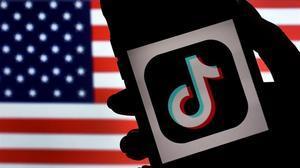 Logo de Tiktok sobre la bandera de EEUU.