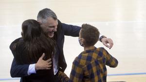 Jasikevicius se abraza a sus dos hijos después de asegurar la clasificación del Barça para Colonia