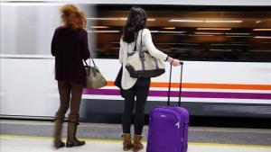 Dos pasajeras, a punto de subir a un tren de Rodalies en la estación de Sants.