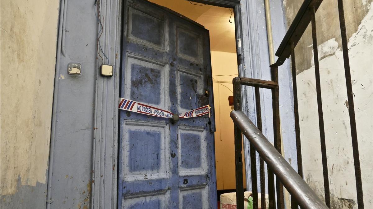 Tres ferits a ganivetades en una baralla en un narcopís del Raval