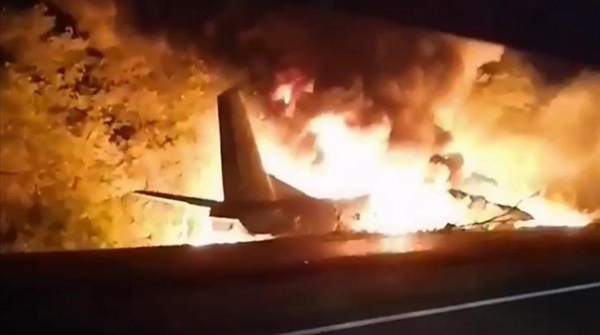 Imágenes del accidente del avión militar en Jarkiv, Ucrania, según emergencias.