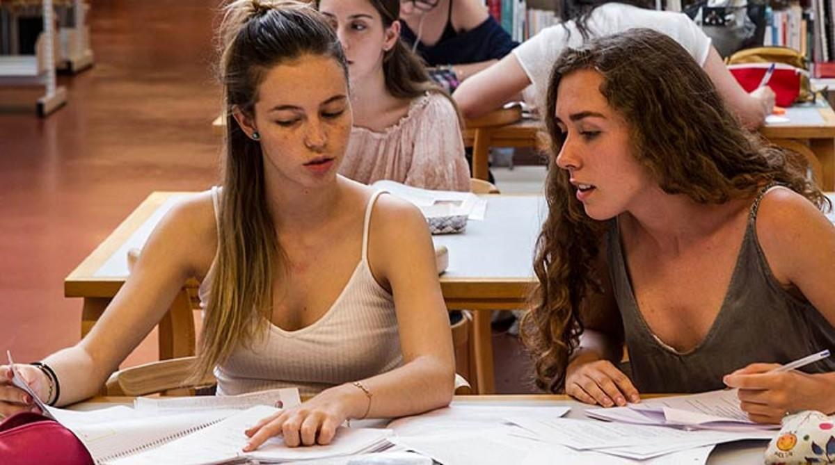 Dos estudiantes, en una biblioteca de Barcelona.