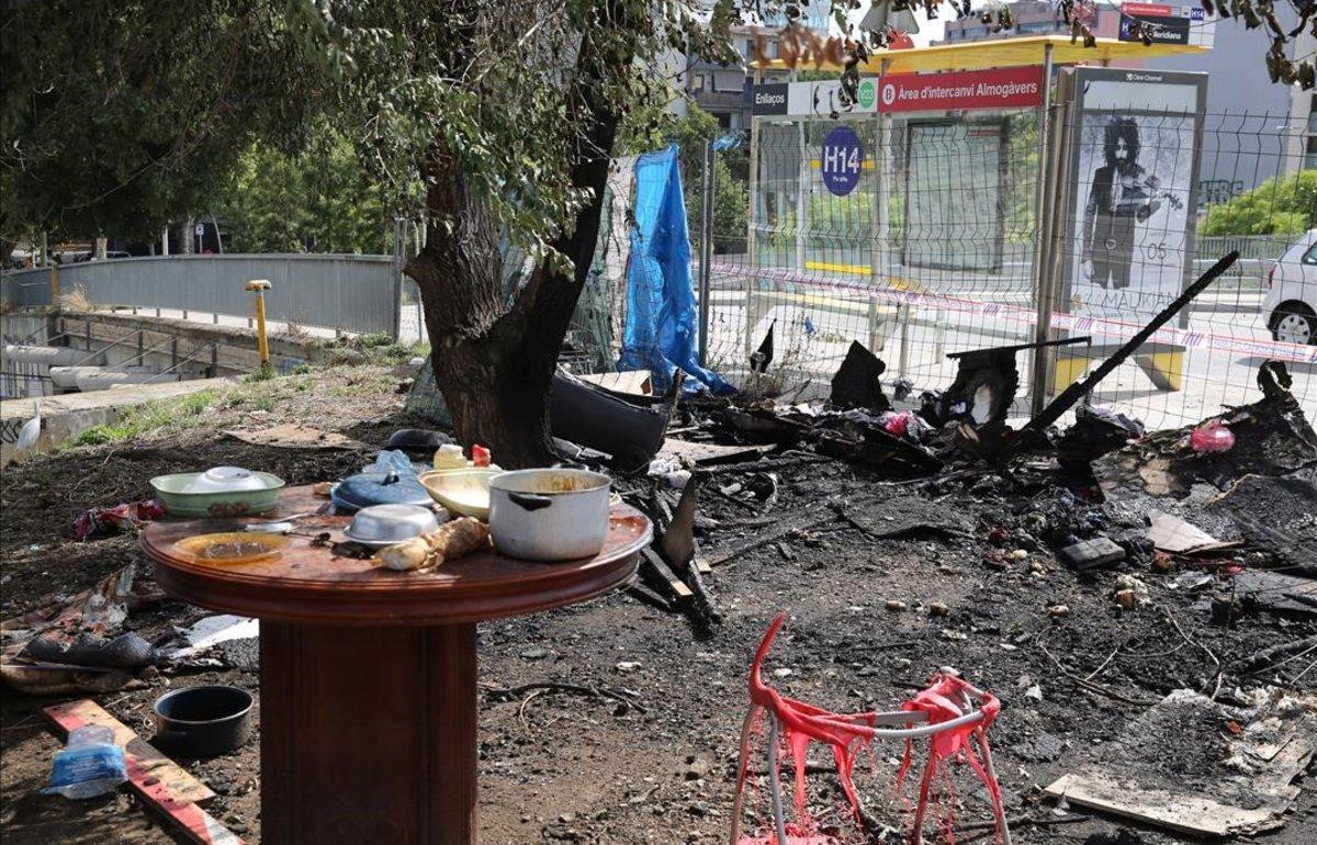 Restos de chabolas quemadas, en la confluencia de la Meridiana con la calle de Tànger, en Barcelona.