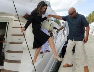 Amal Clooney arriba a las Maldivas en viaje de trabajo