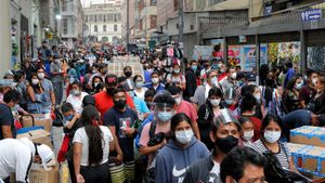 Fotografía de personas comprando en el conglomerado Mesa Redonda en Lima.