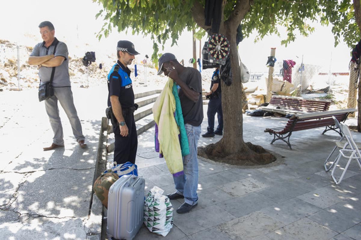 Un agente identifica a un temporero en la plaza del Seminari de Lleida.