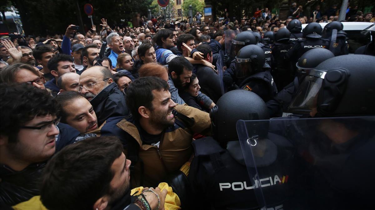 Cargas policiales en la escuela Ramon Llull, el 1 de octubre del 2017.