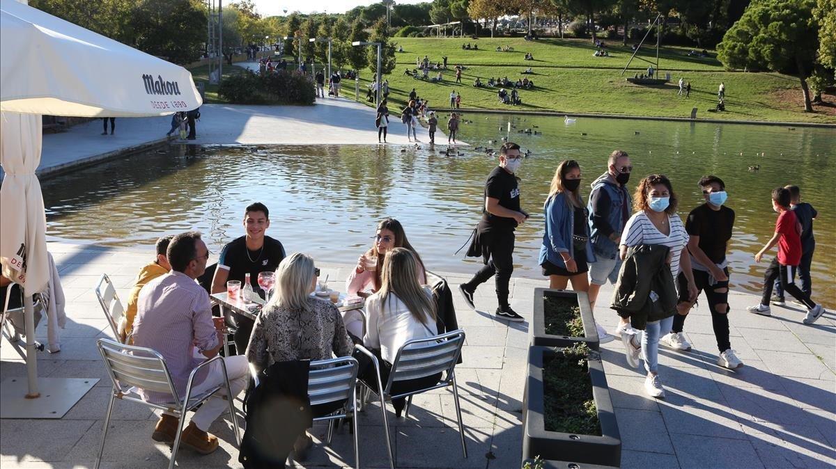 Aspecto del Parc Catalunya de Sabadell, con ciudadanos de paseo y otros consumiendo en las terrazas.