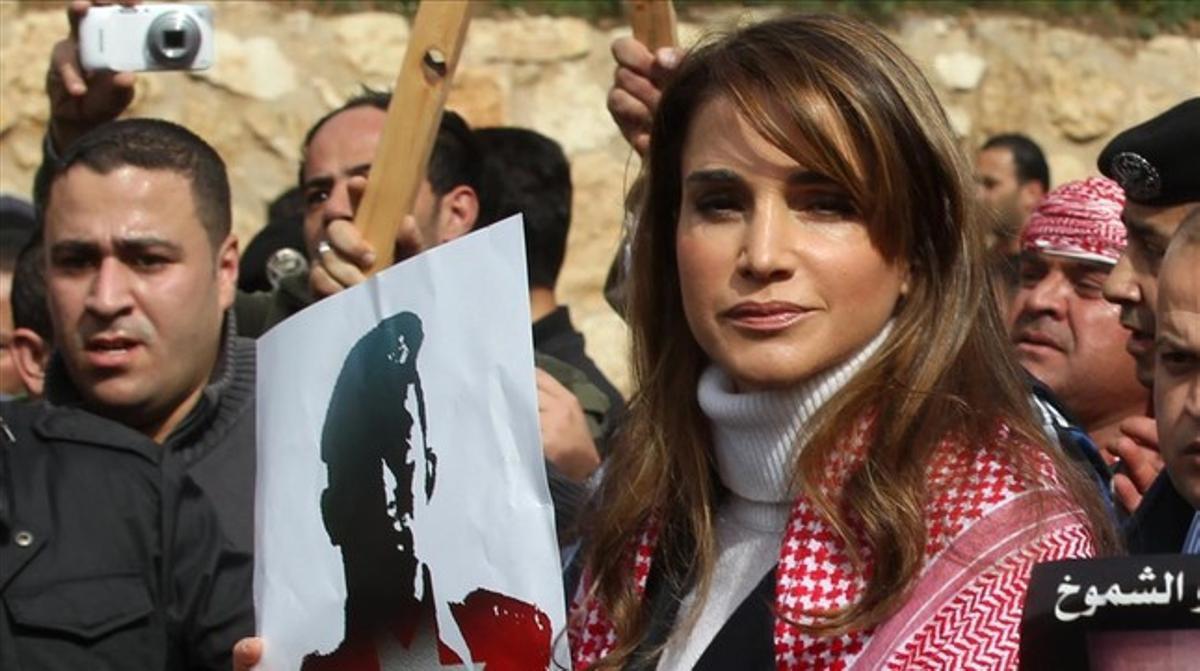La reina Rània, amb un cartell amb la imatge del pilot executat.