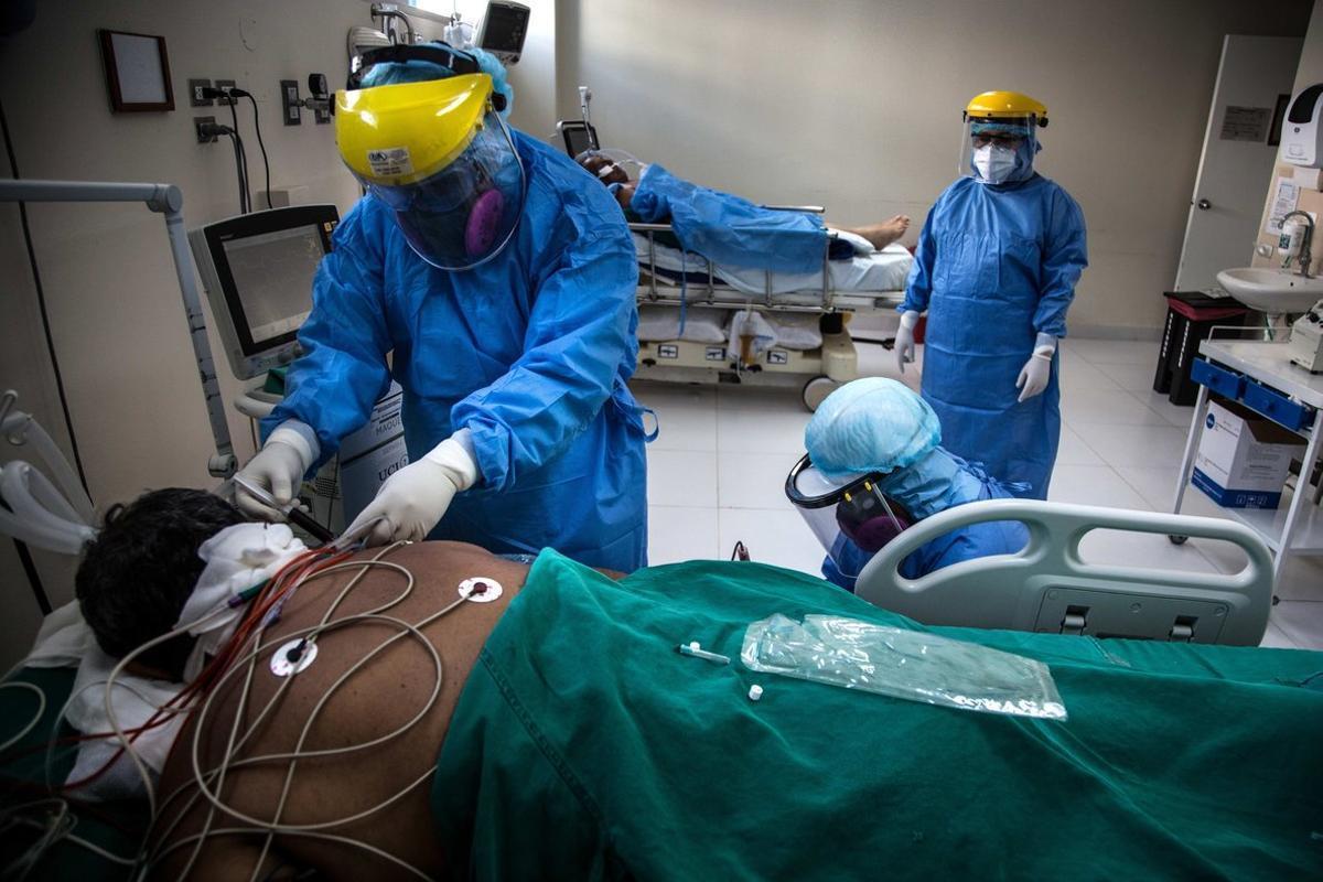Personal sanitario atiende a un paciente de covid en un hospital de Lima.