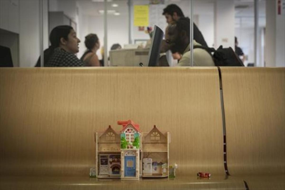 Un juguete, en la sala de espera del SAIER, donde ayer recibían atención decenasde inmigrantes.