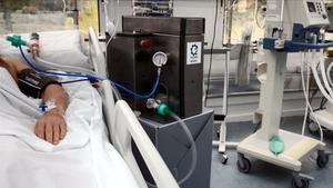 El prototipo del respirador OxyGEN de Seat en un paciente del hospital de Can Ruti.