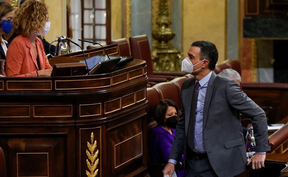 Pedro Sánchez saluda a la presidenta del Congreso, Meritxell Batet.