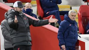 Klopp da instrucciones bajo la mirada de Mourinho