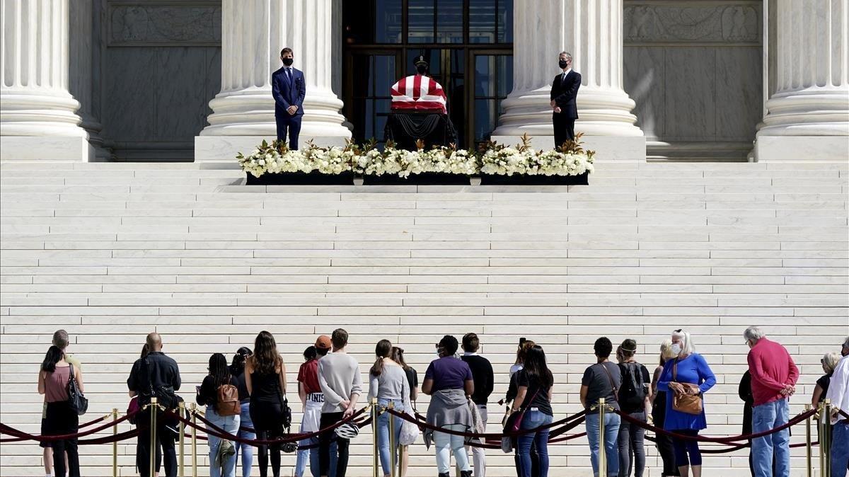 Un grupo de personas rinde tributo a la juezaRuth Bader Ginsburg frente al edificio del Tribunal Supremo de Estados Unidos.