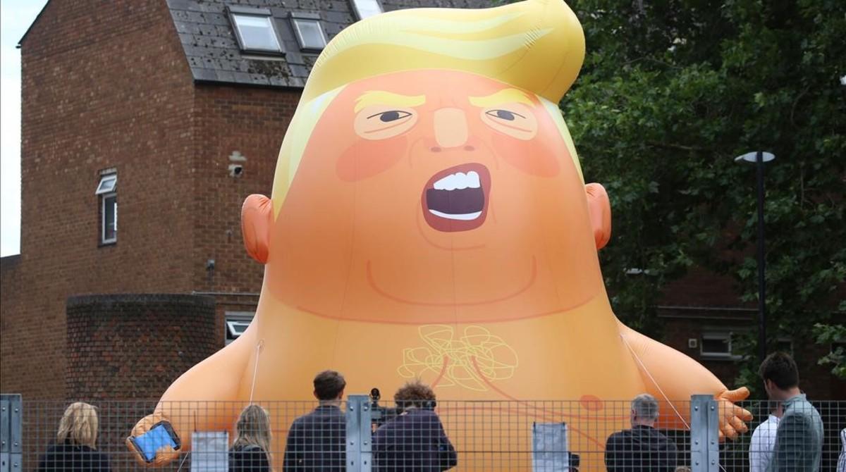 El globo gigante 'baby Trump' que acompañará al presidente estadounidense en su visita al Reino Unido a modo de protesta.