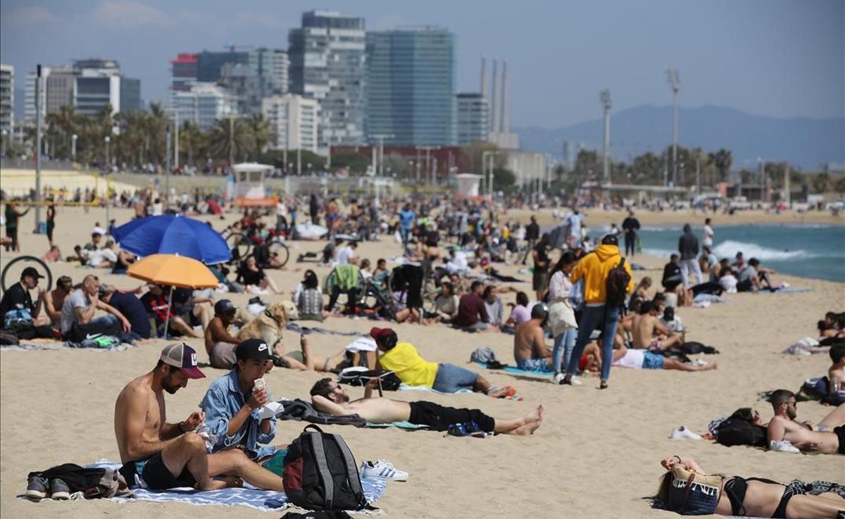 Ambiente en la playa del Bogatell, en Barcelona, el lunes 5 de abril.