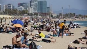 Imagen de la playa del Bogatell, en Barcelona, en abril.