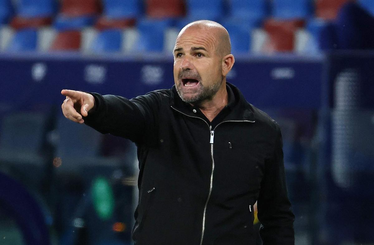 Paco López da instrucciones, ayer, en Valencia, en el partido frente al Barça.