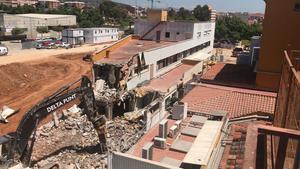Derribo del edificio de administración del Hospital de Viladecans