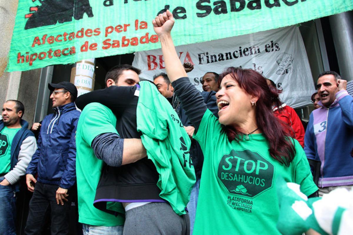 Miembros de la PAH de Sabadell ocupando la oficina de la calle Alfons XIII de Sabadell. Foto de archivo.