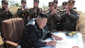 Kim Jong-un, rodeado de oficiales, durante unas maniobras militares norcoreanas.
