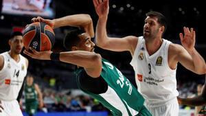 Brandon Davis, del Zalgiris. lucha con Felipe Reyes, el pasado viernes, en Madrid.