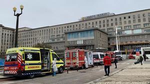 Ambulancias con pacientes covid frente al hospital de Santa Maria, en Lisboa.